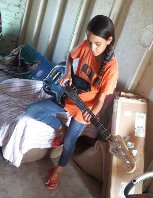 Eimy Plays Bass